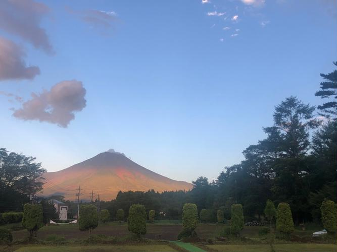 朝の富士山 絶景芝生サイトより