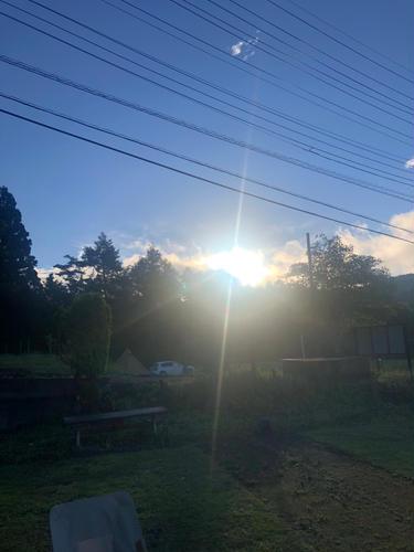 朝陽は後ろ側