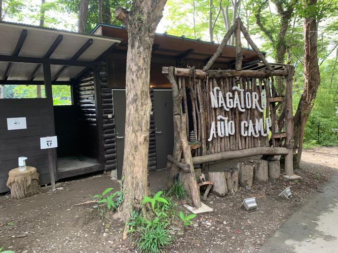 キャンプ場の入り口。後ろには男女に分かれたトイレが完備されています