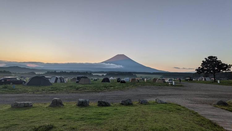 朝の富士山。夏は雪が溶けている。