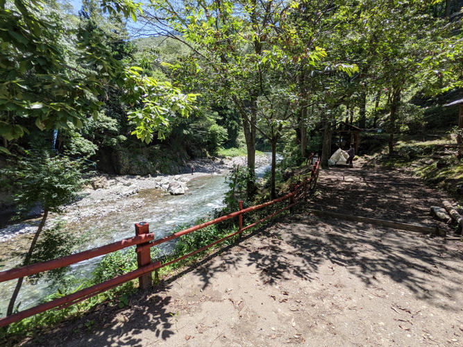 場所によっては川を眺められるサイトもあります